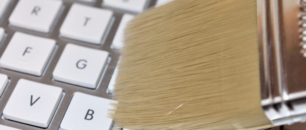 Mit einem Pinsel entfernen Sie Haare, Staub und Krümel aus Ihrer Tastatur. Und wie Sie auch noch Keime und Bakterien loswerden, verraten wir in unserem Beitrag.